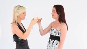 Donne ben vestito allegre con champagne archivi video