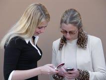 Donne bionde con i telefoni Immagini Stock