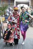 Donne brillantemente vestite nello stile orientale tipico di Londra sulla lan del mattone Fotografia Stock Libera da Diritti
