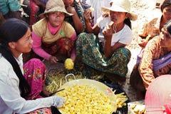 Donne cambogiane che preparano per il pranzo Fotografia Stock