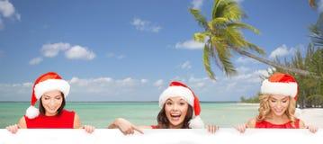 Donne in cappello dell'assistente di Santa con il bordo bianco in bianco Fotografia Stock