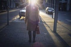 Donne in cappotto in via del centro Fotografia Stock
