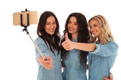 Donne casuali che prendono un selfie e che fanno il segno giusto immagini stock libere da diritti