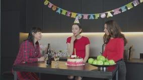 Donne che aspettano la festa di compleanno recente dell'ospite a casa stock footage
