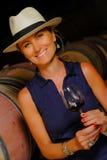 Donne che assaggiano vino in un cantina-enologo Fotografie Stock