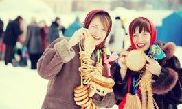 Donne che assagiano pancake durante lo Shrovetide Immagini Stock Libere da Diritti