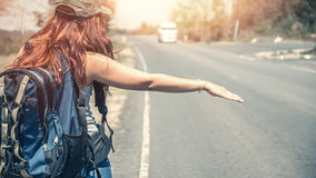 Donne che backpacking il supporto di viaggio Immagini Stock Libere da Diritti