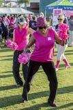 Donne che ballano all'evento di consapevolezza del cancro al seno immagine stock libera da diritti