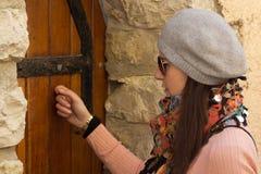 Donne che battono su un vecchio portello di legno Fotografia Stock