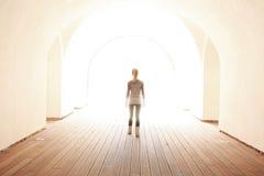 Donne che camminano all'indicatore luminoso Immagini Stock Libere da Diritti