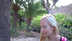 Donne che camminano nel parco tropicale archivi video