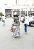 Donne che camminano sulla via Fotografia Stock