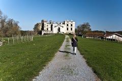 Donne che camminano verso le rovine del castello di Bidache Immagini Stock Libere da Diritti