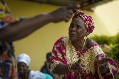 Donne che cantano e che ballano le canzoni tradizionali ad una riunione della comunità nella città della Bissau, Guinea-Bissau immagini stock