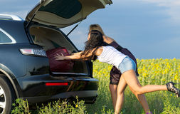 Donne che caricano bagagli Fotografie Stock
