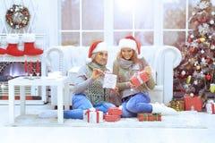 Donne che celebrano il Natale Immagine Stock