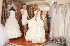 Donne che comperano per il vestito da sposa Fotografia Stock Libera da Diritti