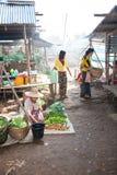 Donne che comperano sul mercato di strada, Birmania fotografia stock