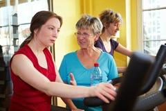 Donne che comunicano mentre filando Fotografia Stock