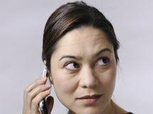 Donne che comunicano sul telefono delle cellule Immagini Stock