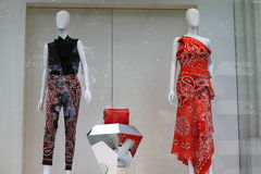 Donne che coprono negozio Immagini Stock Libere da Diritti