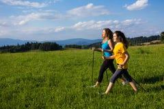 Donne che corrono, saltare all'aperto Fotografie Stock Libere da Diritti