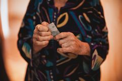 Donne che donano i suoi ultimi soldi Fotografia Stock Libera da Diritti