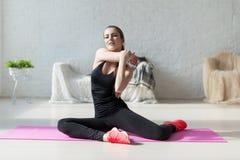 Donne che fanno aerobica di esercizi che si scalda con Fotografia Stock Libera da Diritti