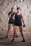 Donne che fanno allenamento di stile dell'accampamento di caricamento del sistema Fotografia Stock Libera da Diritti