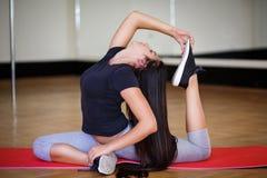 Donne che fanno allungamento nel club di forma fisica Immagine Stock