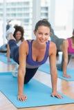 Donne che fanno allungando gli esercizi nello studio di forma fisica Fotografia Stock Libera da Diritti