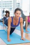 Donne che fanno allungando gli esercizi nello studio di forma fisica Fotografie Stock Libere da Diritti