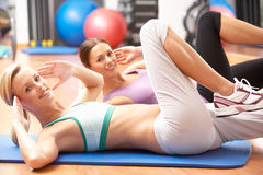 Donne che fanno allungando le esercitazioni Immagini Stock