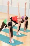 Donne che fanno allungando le esercitazioni in ginnastica Fotografia Stock Libera da Diritti