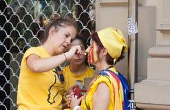 Donne che fanno bandiera catalana sul fronte Fotografie Stock