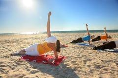 Donne che fanno esercitazione di yoga fotografia stock