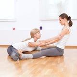 Donne che fanno esercitazione di yoga alla ginnastica Fotografia Stock Libera da Diritti