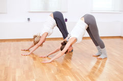 Donne che fanno esercitazione di yoga alla ginnastica Fotografie Stock Libere da Diritti