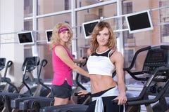 Donne che fanno gli esercizi in palestra Immagine Stock Libera da Diritti