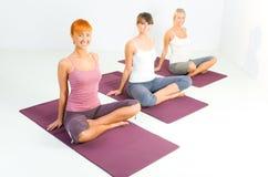 Donne che fanno i exercices di yoga Fotografie Stock Libere da Diritti