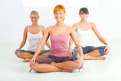 Donne che fanno i exercices di yoga Fotografia Stock Libera da Diritti
