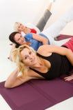 Donne che fanno i exercices sulla stuoia Immagini Stock Libere da Diritti