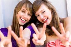 Donne che fanno il segno di pace Fotografia Stock