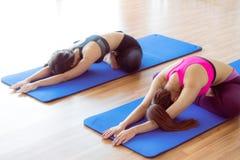 Donne che fanno indietro allungamento dell'yoga nella palestra di forma fisica Immagine Stock Libera da Diritti