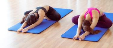 Donne che fanno indietro allungamento dell'yoga nella palestra di forma fisica Fotografie Stock Libere da Diritti