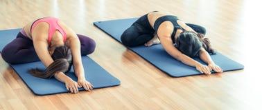 Donne che fanno indietro allungamento dell'yoga nella palestra di forma fisica Fotografia Stock Libera da Diritti