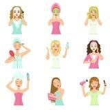 Donne che fanno le procedure domestiche di trattamento della pelle e dei capelli Fotografie Stock Libere da Diritti