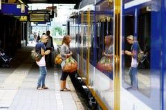 Donne che fanno un passo dentro alla stazione ferroviaria Utrecht, Olanda, Paesi Bassi Fotografia Stock