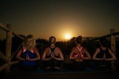 Donne che fanno yog fotografie stock