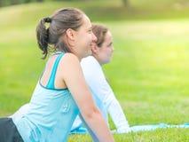 Donne che fanno yoga in parco Fotografia Stock Libera da Diritti
